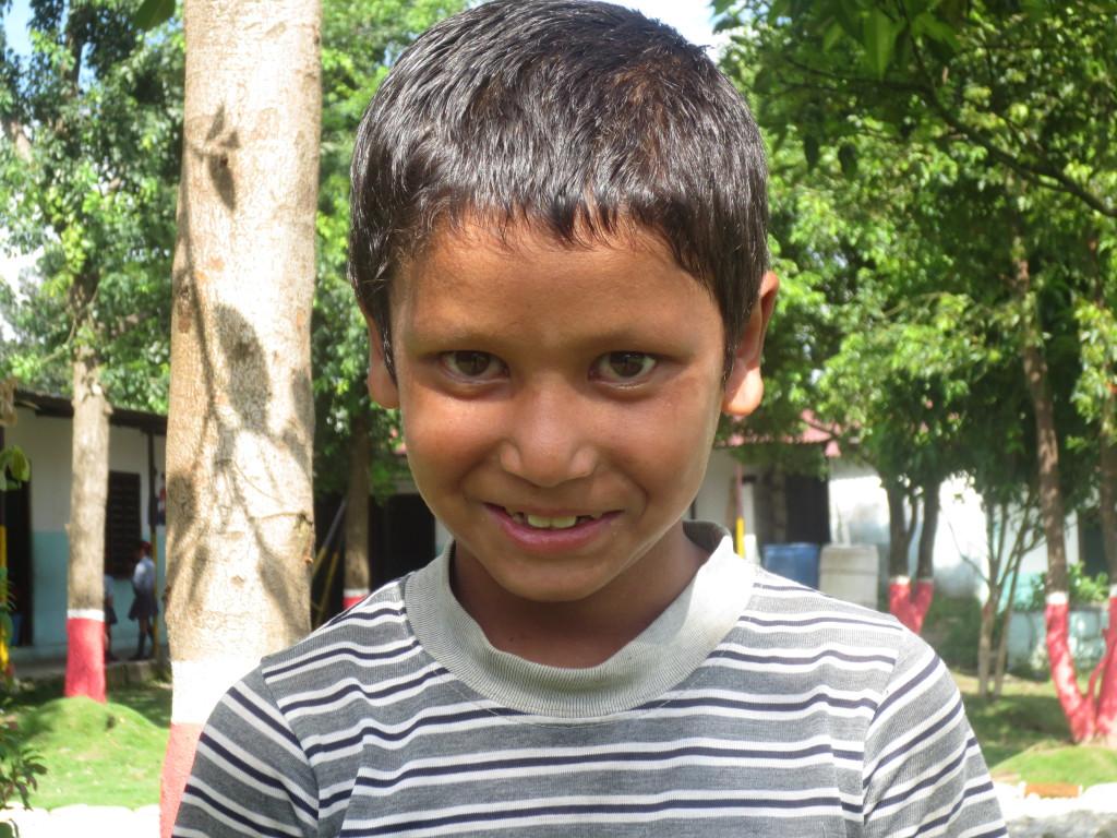 Aashish dans la cour de l'école Fewa
