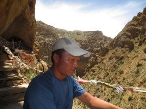 Rupak devant la grotte Chungsi dans le Haut Mustang