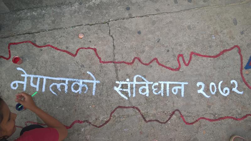 La nouvelle constituion est accueillie spar des graffitis sur les murs de Kathmandou